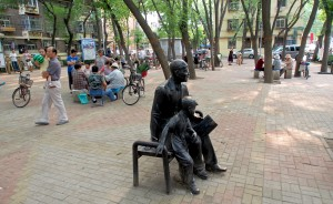 A lazy weekend afternoon at the Tianjin University Village 6 square.